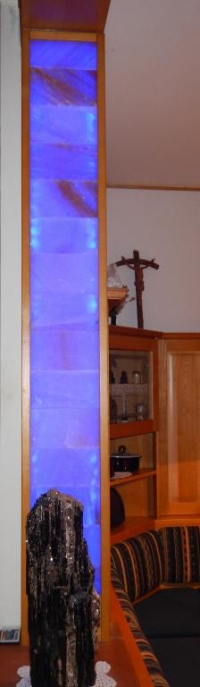 kachelofen-ivancsics-salzstein-paneelleuchte-blau